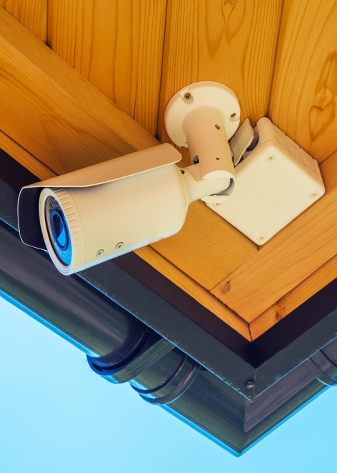 Cámara de vigilancia de techo en el exterior de casa