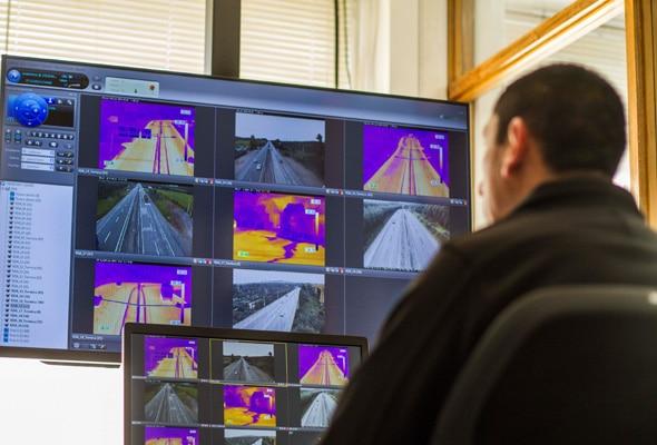 Hombre observando varias imágenes de vídeos de vigilancia
