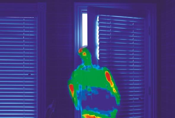 Imagen térmica de una persona tras una puerta