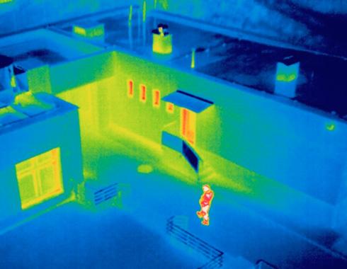 Imagen térmica de la entrada a una vivienda y persona caminando